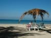 A sta la plaja poate sa insemne si relaxare totala sau cititul cartii preferate.