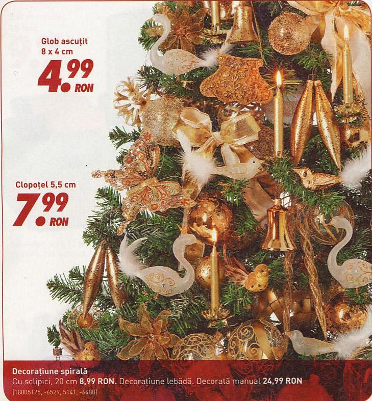 Brad de Craciun impodobit cu ornamente aurii ~~ idee propusa de magazinul Kika ~~ Decembrie 2010