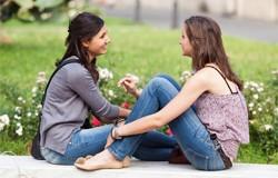 Femeile discuta despre sfaturile din reviste