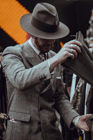 Barbat la cumparaturi de haine
