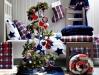 Brad de Craciun impodobit cu rosu, alb si albastru ~~ idee Ikea 2010
