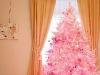 Brad artificial roz pentru Craciun ~~ sursa: galeria de poze de pe facebook a revistei Cosmopolitan