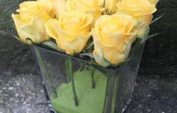 Vaza patrata cu 9 trandafiri galbeni